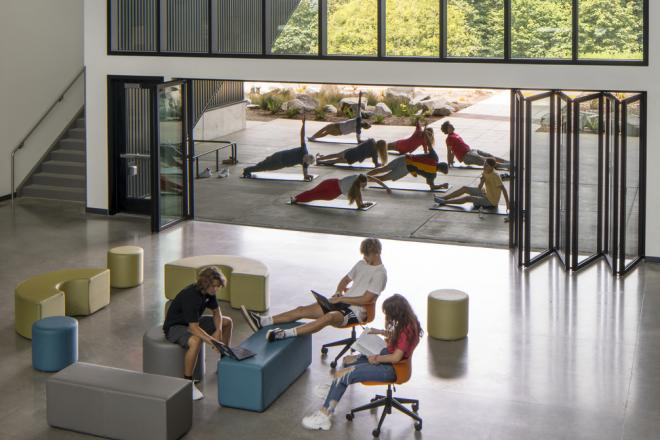 Discovery High School provides a multi-purpose space that supports physical movement, allows different ergonomic postures throughout the day, and seamlessly connects learners to the outdoors. Photo ©Lara Swimmer, courtesy DLR Group.