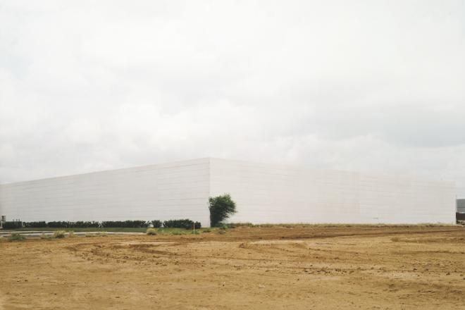Untitled (white building with bush), 2000. Photograph Victoria Sambunaris.