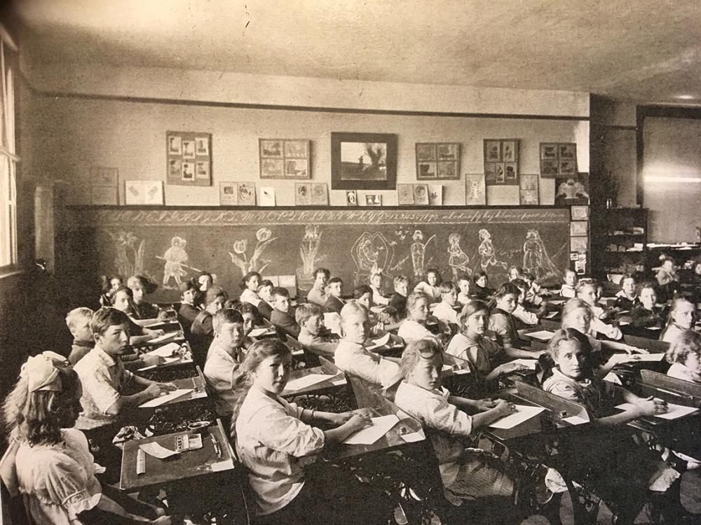 Oregon school classroom, 1915. Public Domain.