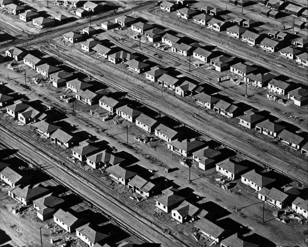 William Garnett, Plaster and Roofing, Lakewood, California, 1950. © Estate of William A. Garnett. The J. Paul Getty Museum, Los Angeles. Via Harvard Design Magazine.